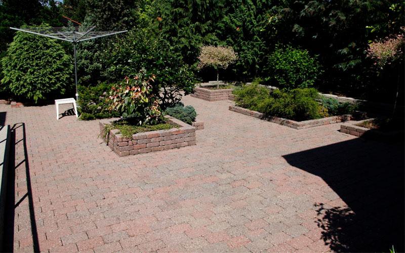 efter billede af rensning og algebehandling af fliser i en have